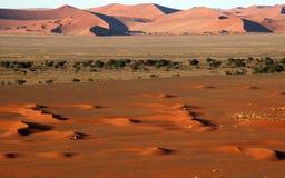 Kleine 4x4 in grote namibwoestijn Stock Fotografie