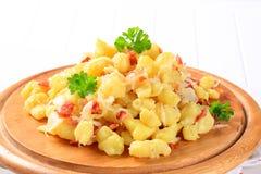 Kleine aardappelbollen met bacon en kool Stock Afbeeldingen
