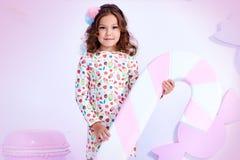 Kleine Abnutzung gelockten Haares Dame des kleinen Mädchens schöne Kinderlustige Clo lizenzfreies stockfoto