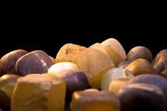 Kleine Achatsteine auf einem schwarzen Hintergrund Stockbild