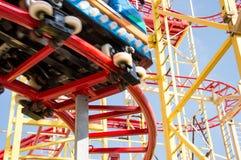Kleine Achterbahn auf blauem Himmel Lizenzfreies Stockfoto