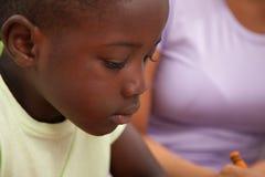 Kleine afrikanische Jungenzeichnung Lizenzfreies Stockfoto