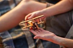 Kleine airplan in jonge handen Zonnige dag Familietijd op een gang in de zomerbos royalty-vrije stock fotografie