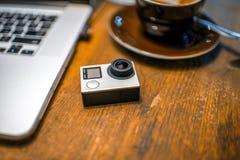 Kleine Aktionsvideokamera auf dem Tisch Stockfotos