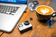 Kleine Aktionsvideokamera auf dem Tisch Lizenzfreies Stockfoto