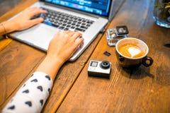 Kleine Aktionsvideokamera auf dem Tisch Lizenzfreie Stockfotografie