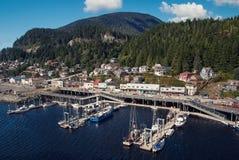 Kleine alaskische Hafenstadt Stockbilder