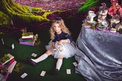 Kleine Alice in auslaufendem Tee des Märchenlandes lizenzfreie stockfotos
