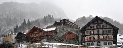 Kleine alpine Stadtstraße mit typischen Häusern Stockbilder