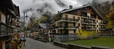Kleine alpine Stadtstraße mit typischen Häusern Lizenzfreie Stockbilder