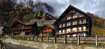 Kleine alpine Stadtstraße mit typischen Häusern Lizenzfreies Stockbild