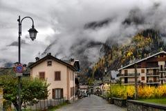 Kleine alpine Stadtstraße mit typischen Häusern Lizenzfreie Stockfotos