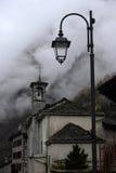 Kleine alpine Stadtstraße mit typischen Häusern Stockfotos