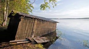 Kleine alte hölzerne Bootsgarage auf der Küste Stockbild