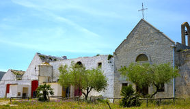 Kleine alte Kirche befestigt zu einem Bauernhof Lizenzfreie Stockfotografie