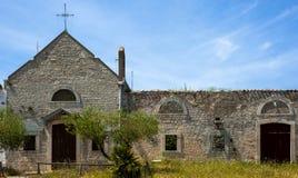 Kleine alte Kirche befestigt zu einem Bauernhof Stockfoto