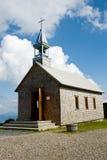 Kleine alte Kirche in den Bergen Stockfotografie