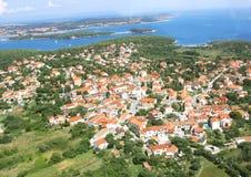 Kleine alte Stadt nahe blauem Meer stockfoto