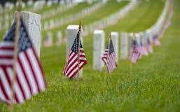 Kleine Amerikaanse vlag bij Nationale begraafplaats - Memorial Day -vertoning stock fotografie