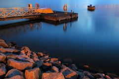 Kleine Anlegestelle auf ruhigem Wasser Lizenzfreies Stockfoto