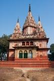 Kleine apen die op een weg aan een Hindoese tempel zitten Royalty-vrije Stock Afbeeldingen