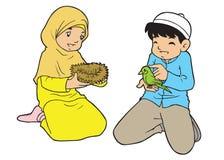 Kleine asiatische moslemische Kinder, die mit Vogel spielen Lizenzfreie Stockfotos