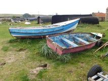 Kleine aufgegebene Boote auf Lindisfarne die heilige Insel Stockbild
