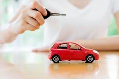 Kleine auto en sleutel voor auto, auto het huren en autolening Royalty-vrije Stock Afbeeldingen