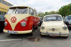 Kleine Auto Fiat Abarth 750 en het Typevan minibusvolkswagen - 2 Royalty-vrije Stock Fotografie
