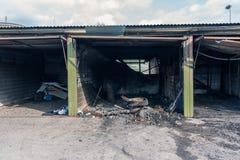 Kleine autogarages die door een vuurzee, Vantaa Finland zijn vernietigd stock fotografie