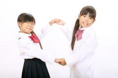 Kleine Aziatische schoolmeisjes Stock Afbeeldingen
