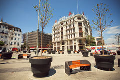 Kleine Bäume und Bänke nahe den Gebäuden in Istanbul lizenzfreies stockbild