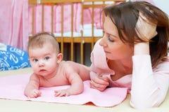 Kleine baby met moeder Stock Foto