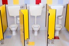 Kleine badkamerss van een school voor kinderen Stock Foto