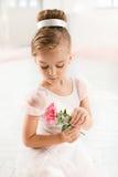 Kleine balerina in witte tutu in klasse op de balletschool stock afbeelding