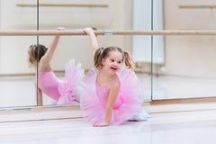 Kleine Ballerina an der Ballettklasse Stockbilder