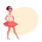Kleine Ballerina im rosa Ballettröckchen, Hände auf Taille, spitze Zehe Lizenzfreie Stockfotos