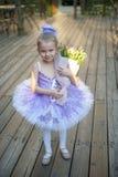 Kleine Ballerina mit Blumen Stockfotos
