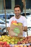 Kleine bedrijfseigenaar die organische vruchten verkopen. Royalty-vrije Stock Foto's