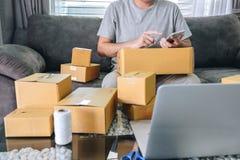 Kleine bedrijfspakket voor verzending aan cliënt thuis, de Jonge freelance mens die van het ondernemersmkb online zaken werken do stock afbeelding