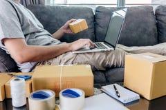 Kleine bedrijfspakket voor verzending aan cli?nt, de Jonge freelance mens die van het ondernemersmkb met de verpakking van hun pa stock afbeelding