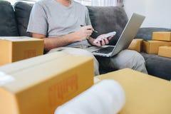 Kleine bedrijfspakket voor verzending aan cli?nt thuis, de Jonge freelance mens die van het ondernemersmkb met vakje van de nota  royalty-vrije stock fotografie