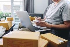 Kleine bedrijfspakket voor verzending aan cli?nt thuis, de Jonge freelance mens die van het ondernemersmkb met vakje van de nota  stock afbeelding