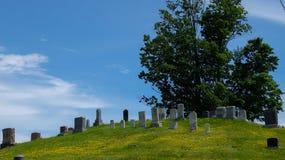 Kleine begraafplaats op een heuvel in het land Stock Afbeelding