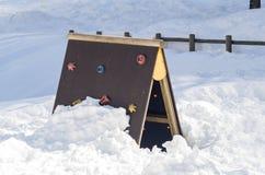 Kleine bergbeklimming voor kinderen onder de sneeuw Royalty-vrije Stock Afbeeldingen