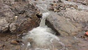 Kleine bergrivier Landschap met stroom die tussen rotsen stromen Met origineel geluid stock video