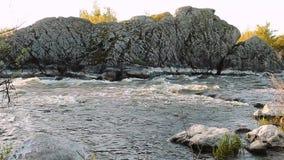 Kleine bergrivier Landschap met stroom die tussen rotsen stromen Water in bergen Rivierstroomversnelling stock footage