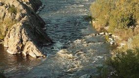 Kleine bergrivier Landschap met stroom die tussen rotsen stromen Water in bergen Rivierstroomversnelling stock videobeelden