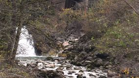 Kleine bergrivier Langzame Motie stock footage