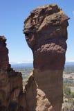Kleine Bergsteiger auf überhängender Klippe Lizenzfreie Stockfotografie